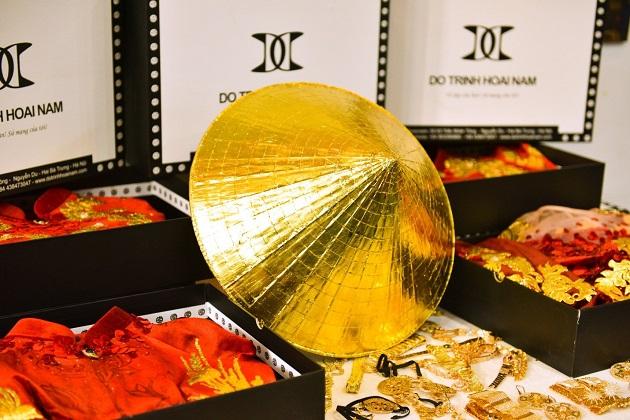 NTK Đỗ Trịnh Hoài Nam mang nón lá dát vàng quảng bá áo dài tại Úc