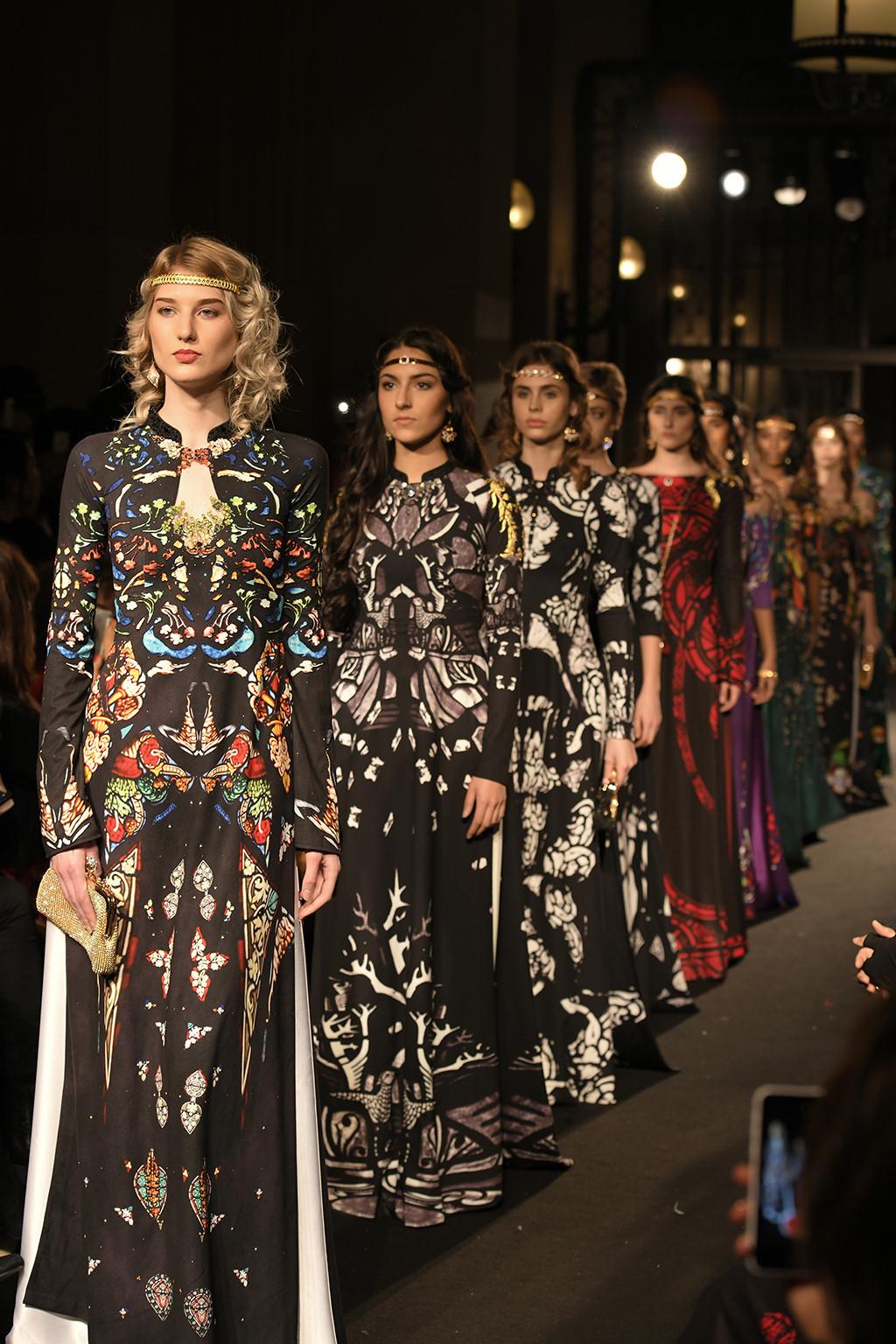 Áo dài Việt xuất hiện trên sàn diễn thời trang Paris