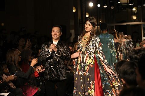Áo dài dát vàng tại Paris Haute Couture - NTK Đỗ Trịnh Hoài Nam